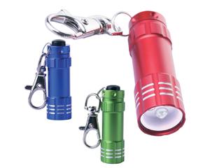 Llavero met�lico con linterna, luz blanca de 3 LED de alta intensidad, bot�n de encendido con goma de protecci�n; Incluye bater�as.