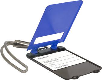 Identificador de  maletas, cuenta con etiqueta para poner nombre, lazo de plastico para colgar en la manija del equipaje.  Medidas  5,4 x 9 cm.